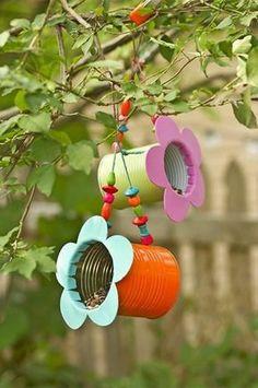 comment faire un mangeoire oiseaux à partir de boite de conserve customisée à la peinture et fleur en carton coloré, mangeoir a oiseau suspendue à un arbre