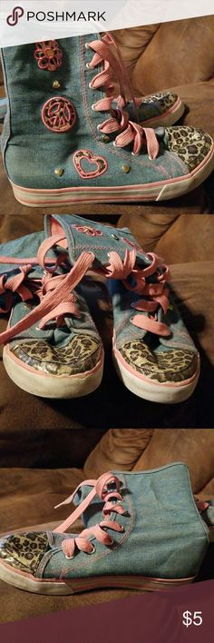 Cute girl sneakers Size 2 in girls. These have been previously lived but still have a TON of life. The occasional scuff here and there on the sides of the sole, but no rios or tears. Shoes Sneakers