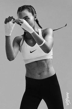 Jagen Sie Ihre verrückten Träume mit Zuversicht  denn sie sind nur verrückte Träume un    Photography Nike Sports, Fitness Inspiration, Fitness Goals, Health Fitness, Women's Health, Style Sportif, Sport Outfit, Poses References, Fitness Photoshoot