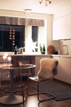 Jouluisia pipariköynnöksiä keittiössä. Ikea, Table, Furniture, Home Decor, Decoration Home, Ikea Co, Room Decor, Tables, Home Furnishings