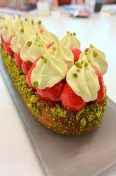 Christophe Michalak : Klassik Fraise Pistache French Desserts, Mini Desserts, Dessert Recipes, Pistachio Recipes, Chefs, French Patisserie, Eclairs, Best Sweets, Choux Pastry