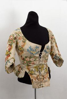 1780 Jacket-style bodices, worn with quilted and/or embroidered petticoats, became a popular alternative to the open robe. The upper class wore the caraco ensemble as casual day wear; the merchant class wore the caraco for special occasions as well as day wear.