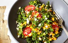 Grillattu maissi-lehtikaalisalaatti