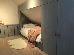 Bedroom Loft, Teen Bedroom, Bedroom Inspo, Sloped Ceiling Bedroom, Built In Bed, Single Bedroom, Attic Rooms, Kids Room Design, Loft Spaces
