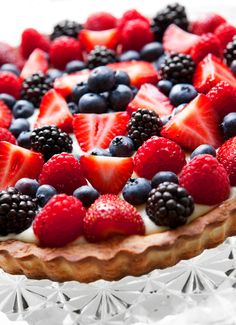 A perfect old fashioned fruit tart. Great for desserts, dinner parties and birthdays. A true classic! Tart Recipes, Sweet Recipes, Fruit Tart Glaze, Cookie Pie, Tea Cakes, Dinner Parties, Summer Recipes, Tarts, Berry