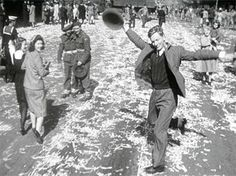In Sydney, Australia, a cameraman filmed a man celebrating Japan's surrender. The clip and its stills have taken on iconic status in Australian history and culture, and symbolize victory in the war. Old Photos, Vintage Photos, Iconic Photos, Dietrich Bonhoeffer, Anzac Day, Lest We Forget, D Day, Sydney Australia, Historia
