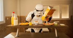 Jorge Pérez Higuera met en scène de façon décalée et improbable la vie quotidienne des Stormtroopers, ces icônes de la pop culture.