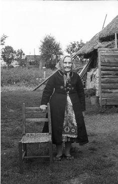 Muhu vammuse teinud õmbleja perenaisele Agripina Maiblale (s 1892), kui ta 16-aastaselt leeris käis.; Eesti Muhu; talu Jaaniõue, küla Lõetsa, vald Hellamaa fotograaf: Fuchs, Veera. 1968 a.