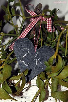 Add mini chalkboard in an arrangement for a Christmas countdown