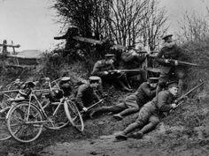 Nouvelles recrues, avec bicyclettes, recevant une formation avec l'Armée britannique en 1914. #centenaire