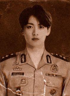 "binbaşı taehyung, kuzey koreli düşman asker jeon'a aşık oldu. ""Be… #hayrankurgu # Hayran Kurgu # amreading # books # wattpad Foto Bts, Foto Jungkook, Kookie Bts, Bts Taehyung, Bts Bangtan Boy, Taekook, Bts Memes, K Pop, Bts Aesthetic Pictures"