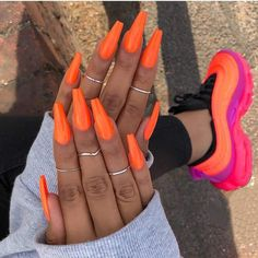 The advantage of the gel is that it allows you to enjoy your French manicure for a long time. There are four different ways to make a French manicure on gel nails. Orange Acrylic Nails, Bright Summer Acrylic Nails, Yellow Nails, Summer Nails, Neon Orange Nails, Trendy Nails, Cute Nails, Uñas Color Neon, Coffin Nails Long