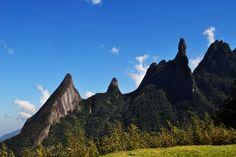 Dedo de Dios es un pico con 1692 metros sobre el nivel del mar en la parte superior, y cuyo contorno se asemeja a una mano que señala el dedo índice hacia el cielo. Es uno de los varios monumentos geológicos de las montañas del órgano, región comprendida en un sector de la Sierra del Mar - entre las ciudades de Petrópolis, Guapimirim y Teresópolis, Estado de Río de Janeiro, Brasil. El pico se encuentra en el borde del Parque Nacional del órgano en el municipio de Guapimirim, pero se observa…
