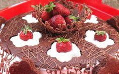 Retete Culinare - Tort cu ciocolata, frisca si capsuni