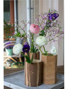 Die schönen Kork-Vasen verschönern jedes Wohnzimmer und sind ganz leicht selbst zu machen. Die kostenlose DIY-Anleitung finden Sie auf FürSie.de.