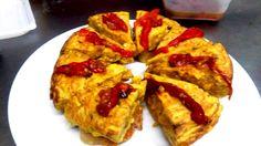 Tortilla de cebolla con divisa roja