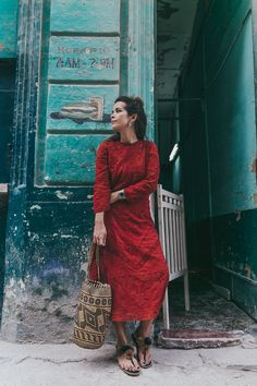 Cuba-La_Habana_Centro-Red_Dress-PomPom_Sandals-Backpack-Sreetstyle-Half_Knot_Hairstyle-Outfit-17