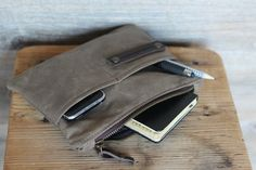 Waxed canvas case , perfect for daily use, very resistant and water resistant This waxed cotton purse is the perfect way to carry in your