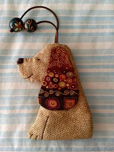 Resultado de imagem para patchwork case for key Felt Crafts, Fabric Crafts, Sewing Crafts, Diy And Crafts, Sewing Projects, Key Covers, Mug Rugs, Softies, Holidays And Events