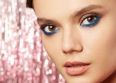 Sparkles is ultrashine 100% glitter for makeup. Due to double-sided coating each particle of the product reflects the light regardless of its position on the surface. Sparkles — это суперсияющие стопроцентные блёстки для макияжа. Благодаря двухстороннему покрытию каждая блёстка будет переливаться и отражать свет, какой бы стороной она ни легла на кожу. Blue Sparkles, Deep Blue, Makeup Ideas, Eye Makeup, Cosmetics, Eyes, Party, Color, Makeup Eyes