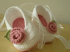 Adorable ballerina slippers for that special little girl. Perfect as a baby shower gift. Baby Girl Crochet, Crochet Baby Clothes, Crochet Baby Shoes, Crochet For Kids, Knit Baby Booties, Booties Crochet, Baby Shoes Pattern, Crochet Brooch, Ballerina Slippers