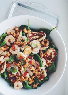 lainahöyhenissä - Blogi | Lily.fi  Salaatti jossa friseetä, pinaattia, rucolaa, papuja mm. Chili-valk.sip marinoituja ravunpystöjä, cayannehunajapaahdettuja cashew pähkinöitä, halloumia.