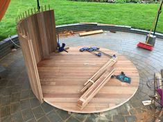 Side boards with splines instead of cups. Backyard Projects, Diy Wood Projects, Ideas Cabaña, Diy Swimming Pool, Diy Garden Fountains, Outdoor Baths, Casas Containers, Timber Buildings, Pool Heater