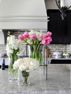 Simple floral arrangements in glass vases - sooo beautiful! (Decor Gold Designs)