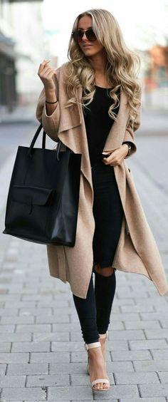 Cardigan   Pantalón negro, blusa negra.  Ropa abrigable