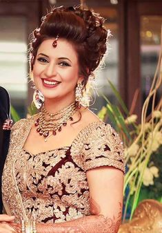 15 Best Indian Bridal Hairstyle ideas for 2019 inspired from Celeb Weddings - Ethinify Bridal Hair Buns, Bridal Hairdo, Indian Wedding Hairstyles, Bride Hairstyles, Hairstyle Ideas, Indian Wedding Bride, Dehati Girl Photo, Indian Bridal Makeup, Braut Make-up