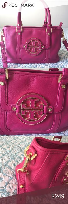 """Tory Burch Amanda Bag! Tory Burch Amanda Bag with gold hardware. Clean inside out. Perfect for spring. Can be carried on arms or crossbody. Comes with adjustable strap. Metal feet. Size-L-7.5""""x12.5"""". Tory Burch Bags"""