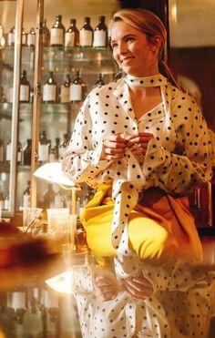 Looks Villanelle Killing Eve usando camisa branca com poá preto. Villanelle's polka dot printed blouse + yellow pants Fashion Tv, Womens Fashion, Miu Miu, Jodie Comer, Yellow Pants, Dressed To Kill, Polka Dot Blouse, Costume Design, Dress To Impress