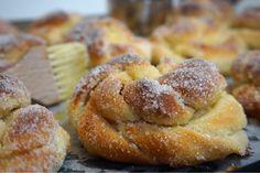 Nattjästa sockerbullar med krämig vaniljfyllning Fika, Doughnut, French Toast, Bread, Breakfast, Sweet, Desserts, Morning Coffee, Candy