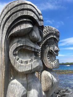 °Diese wunderschönen Holzstatuen, versetzten dich in eine andere Zeit :) !! °These beautiful wooden statues, put you in another time :) !! Big Island Hawaii, Statue, Buddha, Artwork, Beautiful, Blanket, Paintings, Black Sand, Small Restaurants