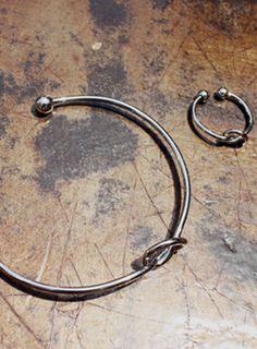 Today's Hot Pick :スリムCリング&バングルセット【iamyuri】 http://fashionstylep.com/SFSELFAA0003307/iamyuriijp/out メタル素材を使ったバングルとリングのセットです。 フロントの結び目模様がワンポイントになったシンプルなアイテム☆ シックなシルバーカラーでどんなスタイルにもマッチします♪ 指輪とブレスレットのセットが嬉しいスリムモダンアクセサリー!!