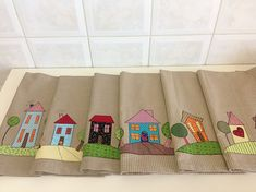 Panos de Prato - coleção Home Sweet Home. Cute Sewing Projects, Sewing Crafts, Diy Crafts, House Quilts, Fabric Houses, Dresden Plate Patterns, Quilt Patterns, Patch Quilt, Mug Rugs