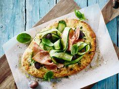 Opskrift på snydepizza med agurk og parmaskinke