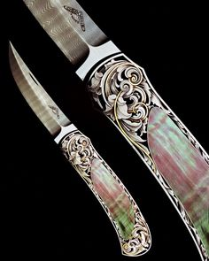 Engraved by Sam Alfano. Black pearl, damascus steel, and steel & gold arabesque engraving. Cool Knives, Knives And Swords, Damascus Knife, Damascus Steel, Guns, Engraved Pocket Knives, Best Pocket Knife, Knife Art, Metal Engraving
