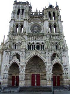 Catedral de Amiens Su construcción se inició en 1220, sobre otra anterior de arquitectura románica destruida por un incendio. Construida bajo la influencia estilística de Notre-Dame de París y Notre-Dame de Chartres, es la mayor y más alta de todas las catedrales góticas francesas cerca del máximo soportable para este tipo de arquitectura (42,3 m). Patrimonio de la Humanidad UNESCO (1981)