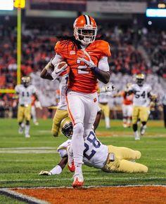 Clemson wide receiver Sammy Watkins scores a touchdown reception over Georgia Tech's D. College Football Players, Football Helmets, Sammy Watkins, Texas And Oklahoma, Clemson Tigers, Wide Receiver, Auburn, Nfl, Sports
