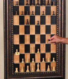 Вот это да! Вы видели, чтоб шахматы поместились в рамку? А играть на такой доске пробовали? Уверенна, настоящим ценителям это пришлось бы по вкусу! На сколько интересно такая конструкция вписалась бы в интерьер шахматного клуба или игрока, преданного своему увлечению  #рамка #багетнаямастерская #рамкадлядекора #декор #багетнаямастерскаяВиртуоз