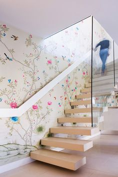 For the baby's room, not the stairs. Make an Entrance. Swoon-worthy Chinoiserie Wallpaper in this modern stair hall. Style At Home, Handmade Wallpaper, Escalier Design, Chinoiserie Wallpaper, Bedroom Wallpaper, Wallpaper Staircase, Painted Wallpaper, Chinoiserie Chic, Modern Stairs