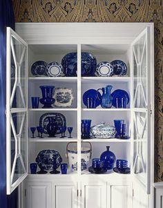 Porcenlana chinesa azul e branca e pecas de vidro azul cobalto.