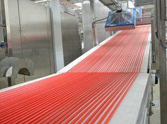 Processo de produção das balas de gelatina na fábrica da Fini, em Jundiaí