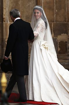 Kate Middleton and her father Michael Middleton at Westminster Abbey April 2011 William Kate Wedding, Prince William And Catherine, Prince William And Kate, Estilo Kate Middleton, Kate Middleton Style, Royal Brides, Royal Weddings, Alexander Mcqueen, Lady Diana