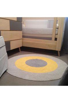 Lindo tapete de croche, nas cores, cinza, amarelo e cinza claro . .Este tapete é feito todo em ponto meio alto, o que deixa bem aconchegante, e firme no chão. Confeccionado com muito carinho e capricho para o quartinho do bebê Pedro, na medida 1,20 . O material de qualidade. Mede 1,20 de diâmetro. #tapetequartodebebe #tapeteamareloecinza #tapeteredondo #decoraçãoquartodebebe