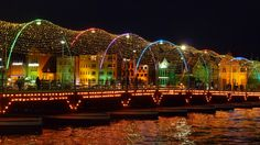 Illuminierte Pontonbrücke in Willemstad, Curacao