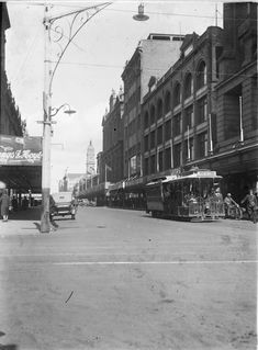 Cable tram at the intersection of Chapel Street and Malvern Road, Prahran, 1910. Photograph courtesy State Library Victoria / Kelynak family.