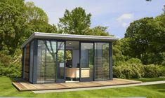 pavillon de jardin en verre et métal, terrasse en bois massif, bureau design assorti et plafond moderne avec spots à LED