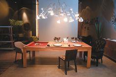 Só grife Aqui, o moderno prevalece. A mesa  de jantar, que pode ser de sinuca, ganha mais charme com  a mescla de cadeiras e poltronas.  Na ponta, destaque para a Smoke armchair, da empresa holandesa Moooi e designer Maarteen Baas, de 2006.  Na lateral está a cadeira customizada Remember-me,  de 2011, do designer Tobias Juretzek. Finalizando  o ambiente está  a poltrona Soft  Shell, dos designers franceses Ronan  e Erwan Bouroullec. Projeto da Movin. (Raimundo Sampaio/Encontro/DA Press)